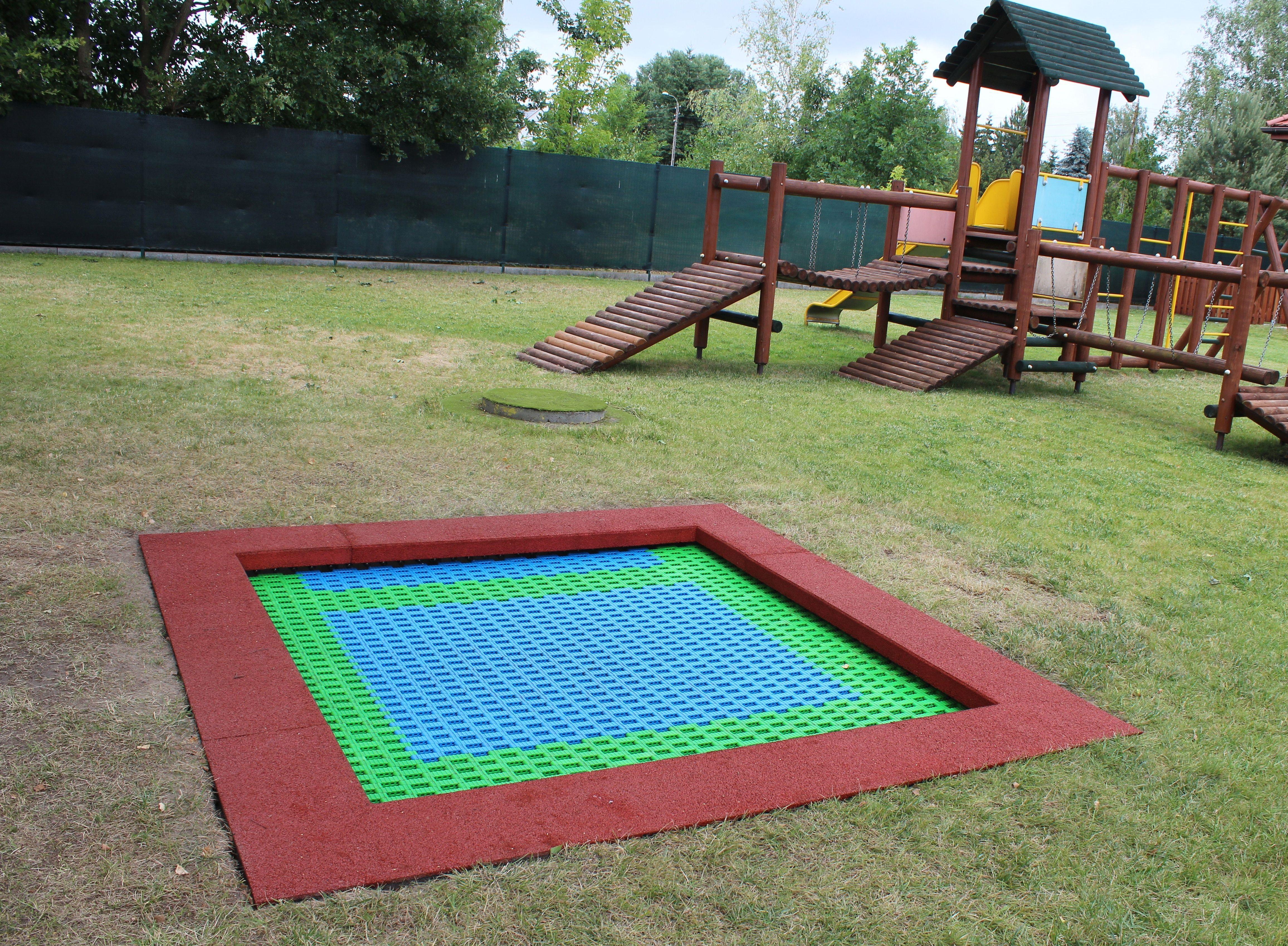 plac zabaw, trawa, trampolina