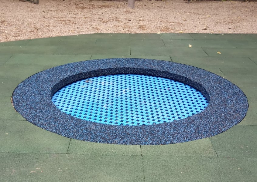 Trampolina ziemna jest wkopana w ziemię. Kształt może być okrągły lub kwadratowy. Playground trampoline is install in to the ground. Ground trampoline, in-ground trampoline. Plastic lamels, EPDM rubber.