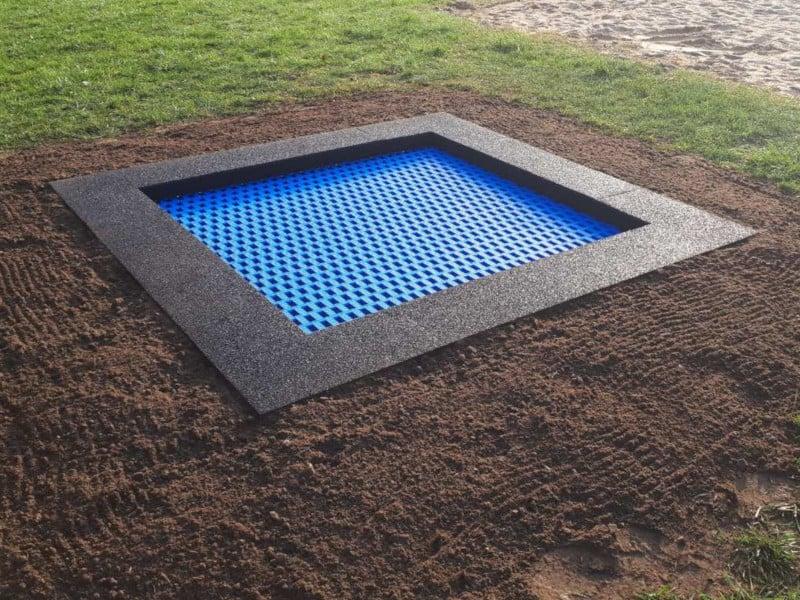 Trampolina ziemna jest wkopana w ziemię. Kształt może być okrągły lub kwadratowy.